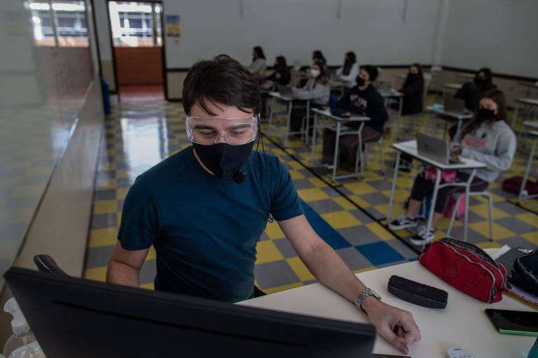 Marco Malzone dá aula presencial e a distância ao mesmo tempo no colégio Pio XII, no Morumbi