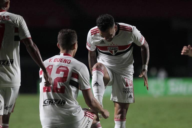 Vitor Bueno comemora gol do São Paulo com Daniel Alves, contra o Santo André, no Morumbi