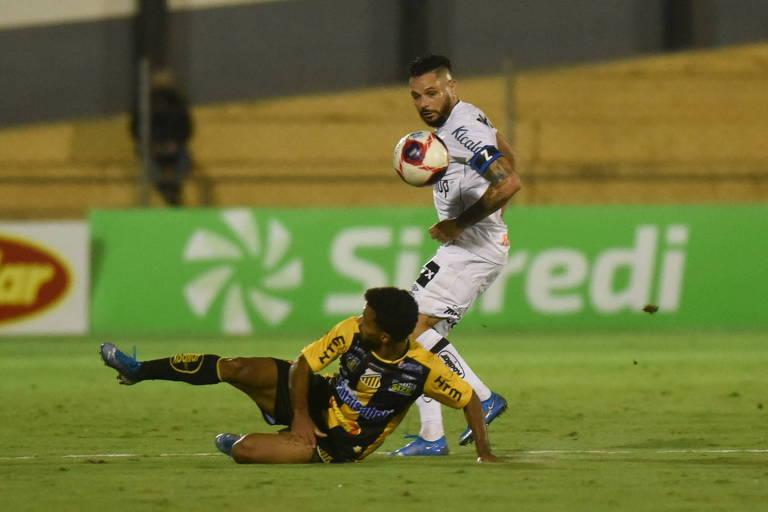 Pará divide a bola durante partida do Santos contra o Novorizontino, pelo Campeonato Paulista