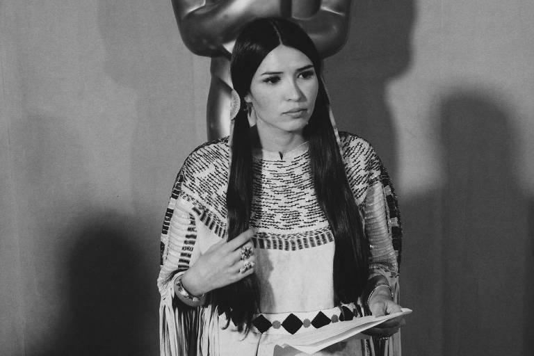 Atriz e ativista apache Sacheen Littlefeather, que representou Marlon Brando no  45º Oscar