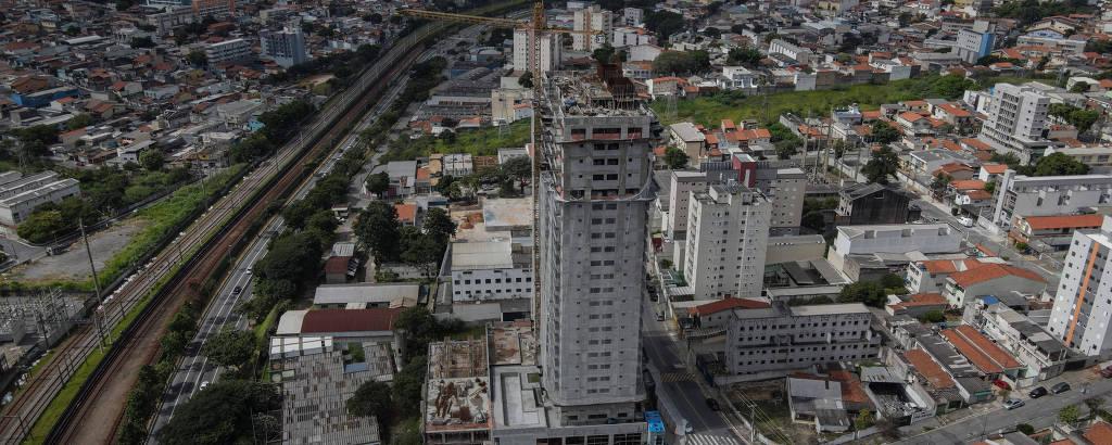 Prédio erguido próximo ao metrô e à Radial Leste, na Vila Guilhermina, bairro formado principalmente por casas