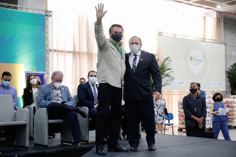 Bolsonaro com o ex-ministro da Saúde Eduardo Pazuello em evento em Manaus nesta sexta-feira (23 de abril)