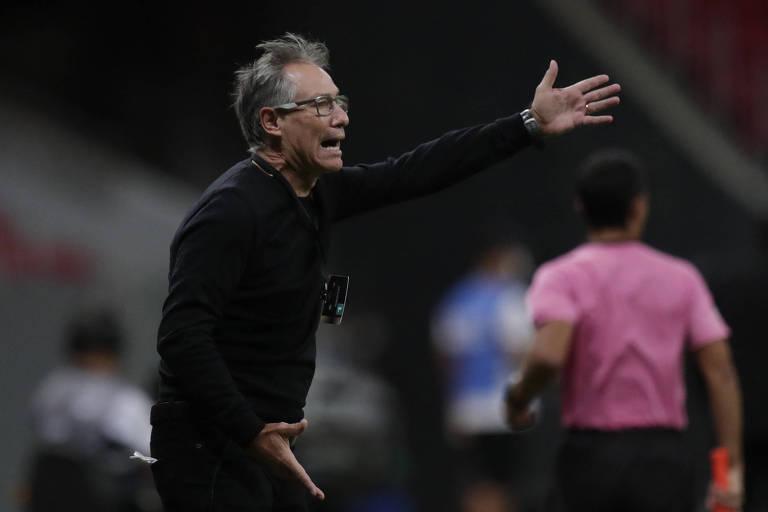 Ariel Holan orienta seus jogadores durante partida do Santos contra o San Lorenzo, pela Libertadores