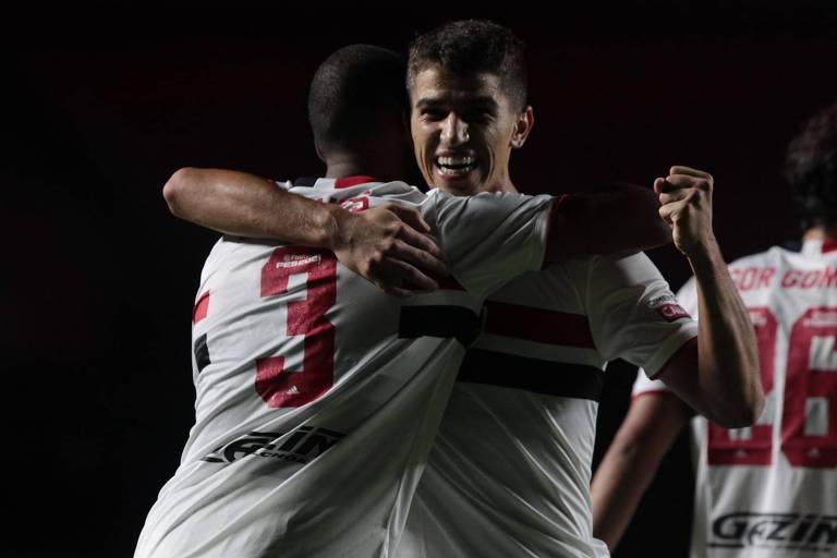 Vitor Bueno comemora com Bruno Alves o segundo gol do São Paulo na vitória sobre o Santo André