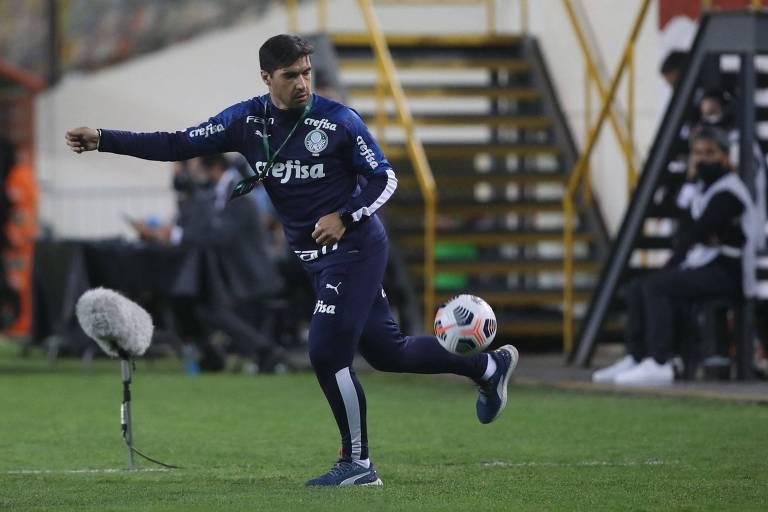 Abel Ferreira domina bola que saiu pela lateral em partida do Palmeiras contra o Universitario, pela Libertadores