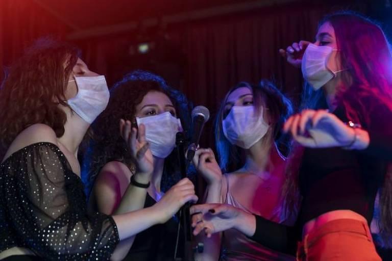Cantar no karaokê resulta em propagação de muitas partículas aerossóis e gotículas