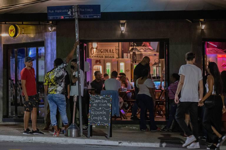 Paulistanos aproveitam reabertura de bares e restaurantes em São Paulo; movimento nos bares de esquina das ruas Fidalga e Aspicuelta, na Vila Madalena, zona oeste da capital