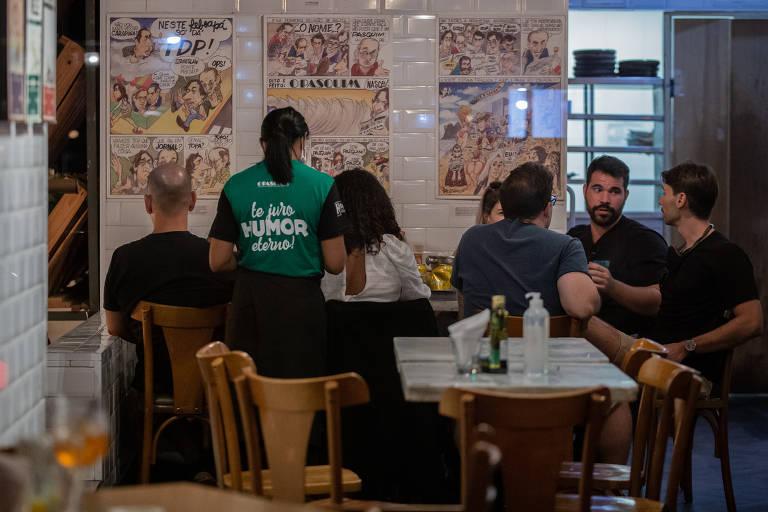 Paulistanos aproveitam reabertura de bares e restaurantes em São Paulo; movimento em bar da Rua Aspicuelta, na Vila Madalena, zona oeste da capital