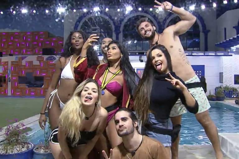 Participantes do BBB 21 fazem pose