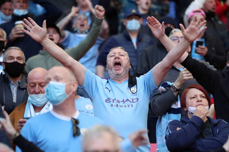 Torcedor do Manchester City canta na arquibancada do estádio de Wembley, em Londres
