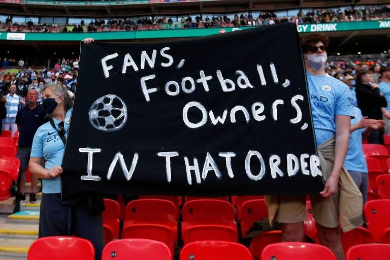 """""""Torcedores, futebol, donos, nesta ordem"""", diz faixa de fãs presentes em Wembley neste domingo"""