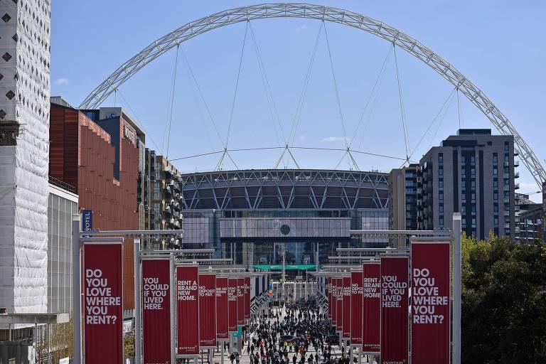 Torcedores das duas equipes se dirigem ao estádio de Wembley, que recebeu seu maior público desde o início da pandemia, em março do ano passado