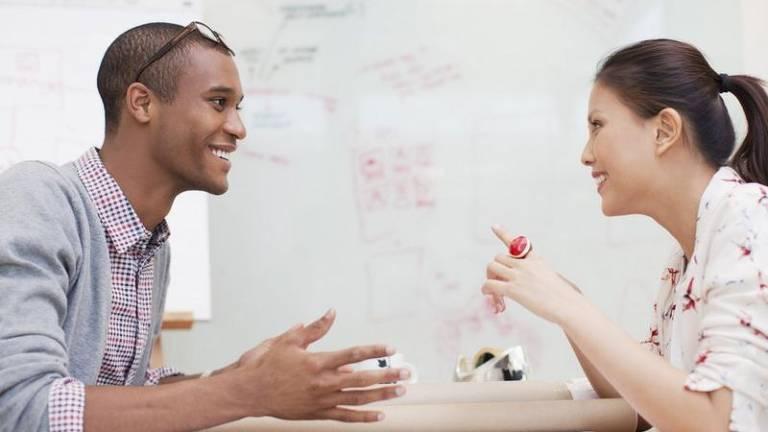 Prestar atenção em como uma pessoa faz uma apresentação pode ajudar a imita-la