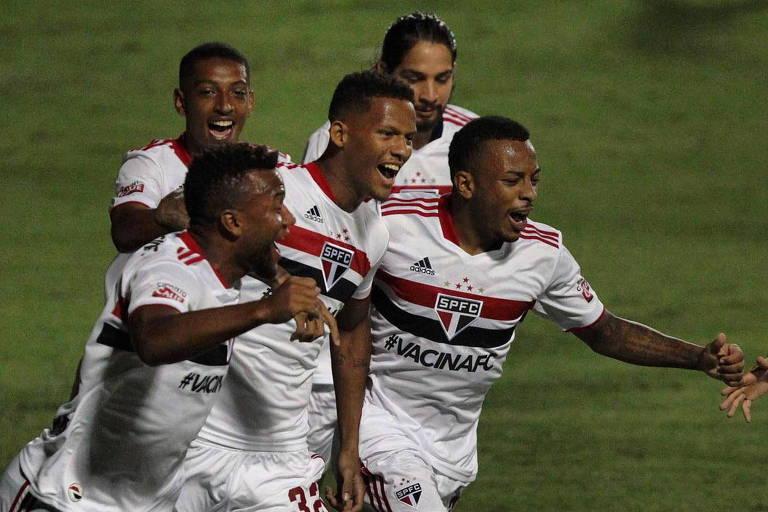 O zagueiro Rodrigo Freitas (ao centro) comemora o seu gol com os companheiros, o primeiro do São Paulo sobre o Ituano