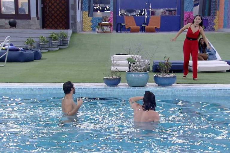 Gil e Fiuk pulam pelados na piscina do BBB