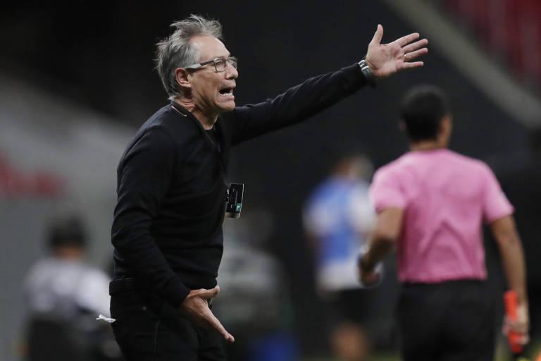 Técnico Ariel Holan pede demissão do Santos após 2 meses