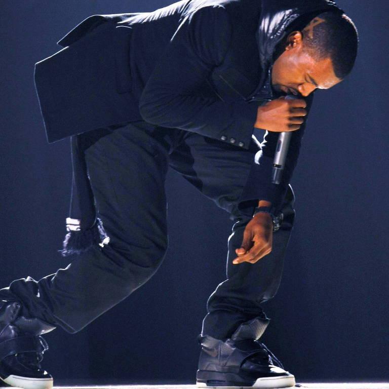 Homem negro cantando em cima de palco