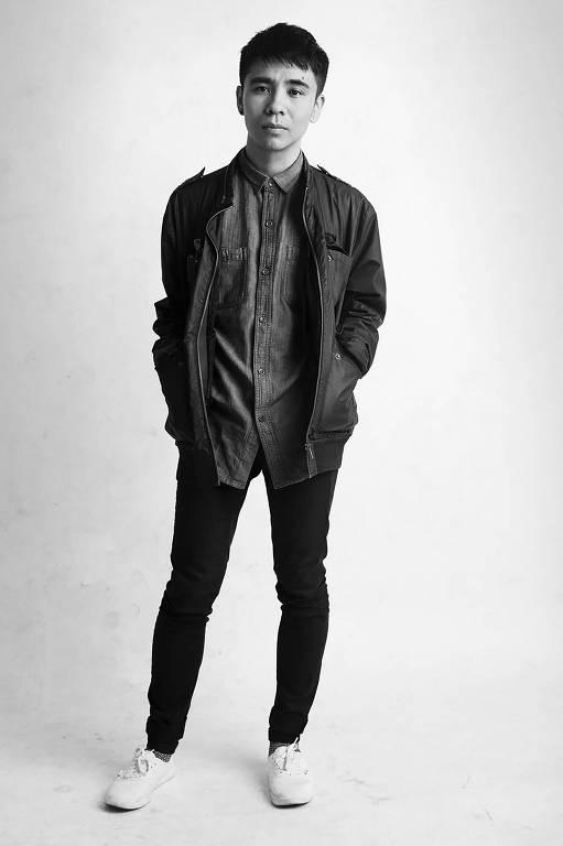 foto em preto e branco de homem de casaco e mãos nos bolsos
