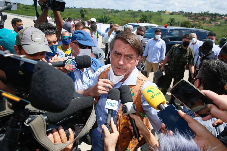 O presidente Jair Bolsonaro fala com a imprensa no interior da Bahia