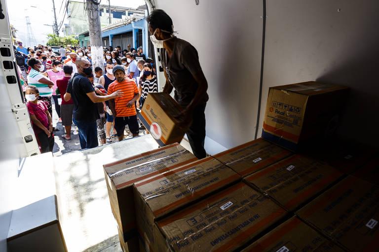 Distribuição de cestas básicas e marmitas na Brasilândia