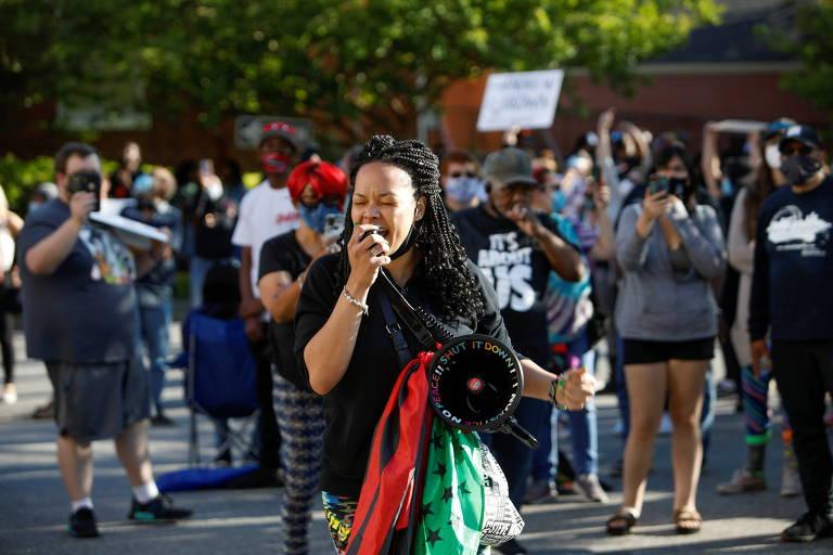 Manifestantes protestam em frente à delegacia de Elizabeth City após imagens da abordagem que resultou na morte de Andrew Brown Jr. serem mostradas à família