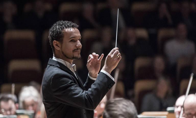 maestro rege orquestra