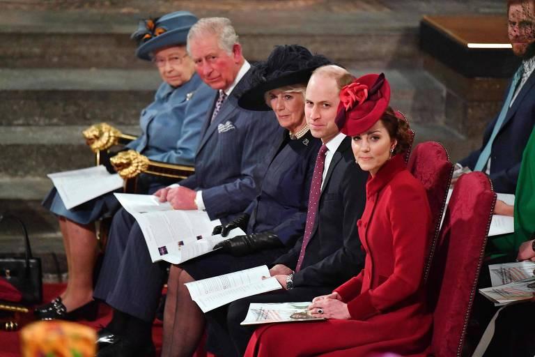Da esq. para a dir., a rainha Elizabeth, o príncipe Charles, sua mulher, Camilla, o príncipe William e sua mulher, Kate, em evento em Londres