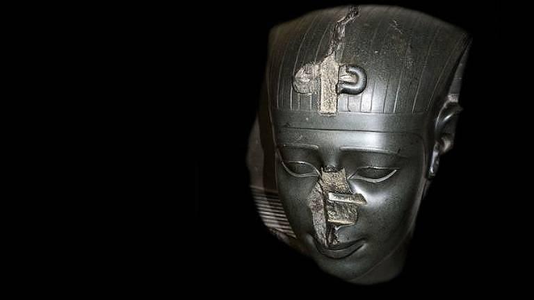 Pesquisa revelou que a ausência dos narizes, como nesta cabeça de uma estátua de um rei da Trigésima Dinastia (por volta de 370 a.C.), não era casual