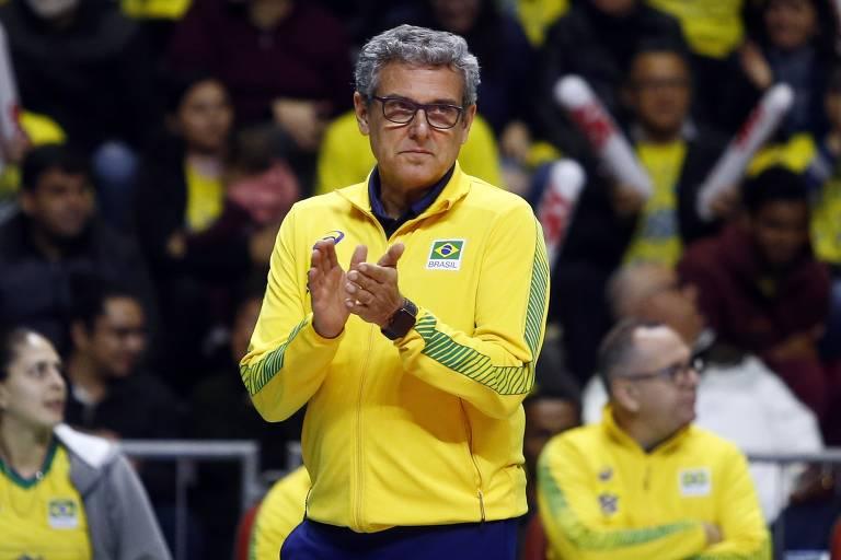 José Roberto Guimarães aplaude equipe feminina