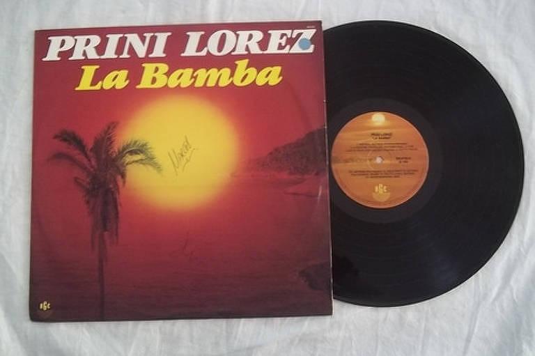 capa de disco com pôr do sol na praia diante de coqueiro e disco
