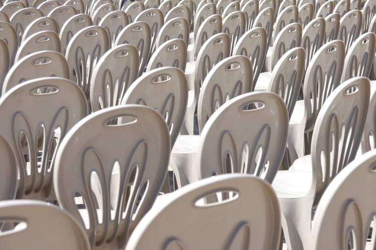 Fileira de cadeiras brancas de plástico