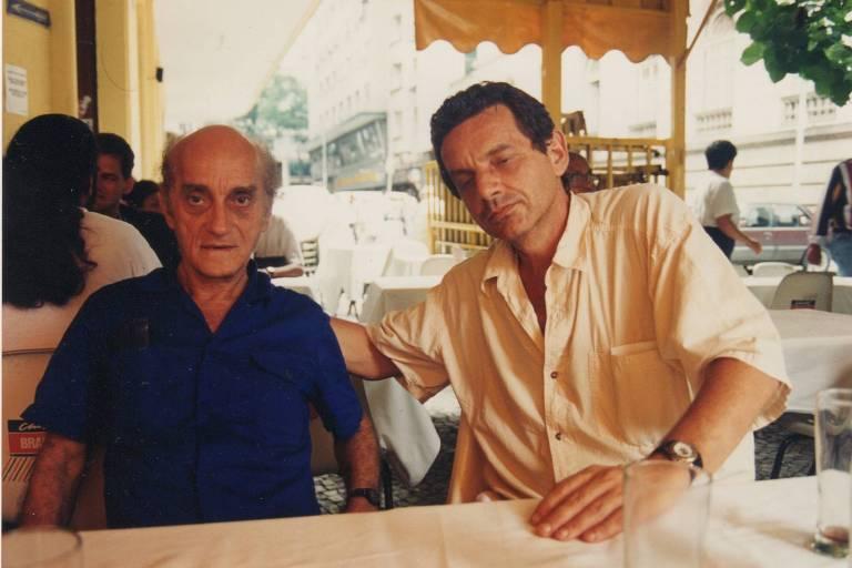 Rogerio Sganzerla com o arquivista Michel do Espírito Santo, em foto dos anos 1990