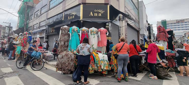 Ambulantes e consumidores lotam as ruas do Brás