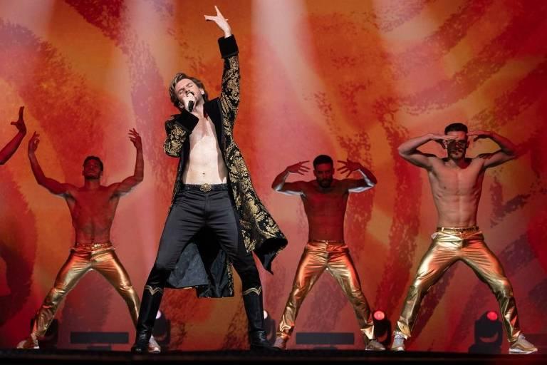 """Dan Stevens vive o cantor russo Alexander Lemtov no filme """"Festival Eurovision da Canção: A Saga de Sigrit e Lars"""""""