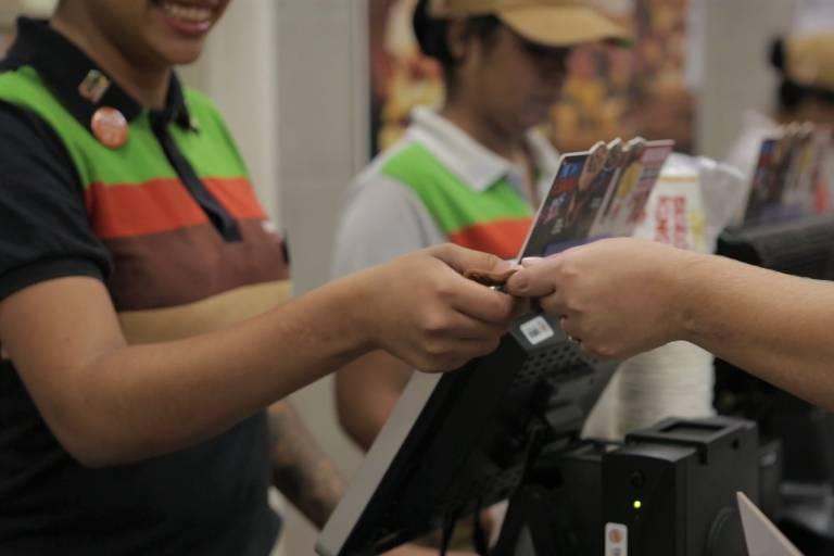 caixa de lanchonete recebe moeda como pagamento
