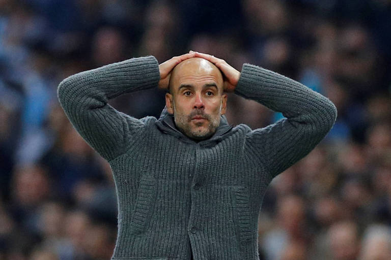 Guardiola leva as mãos à cabeça durante a desclassificação do City para o Tottenham em 2019