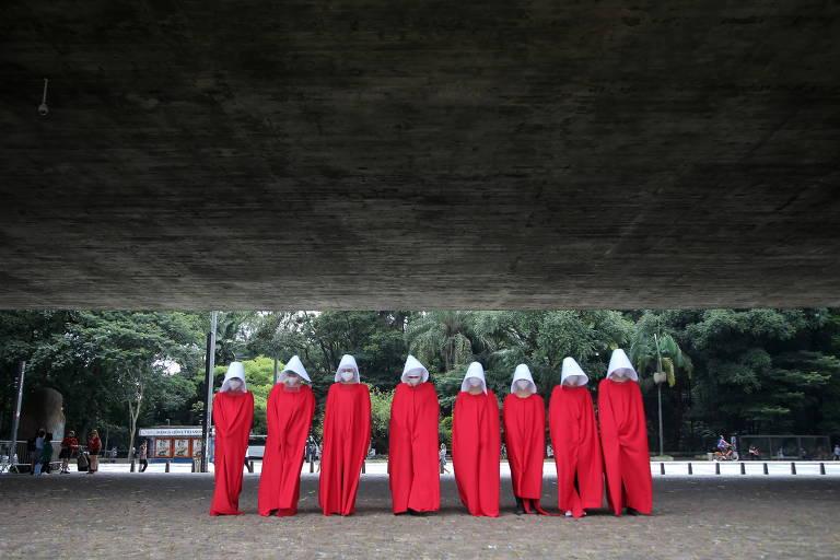 Em março deste ano, ativistas se vestiram com as roupas das aias em The Handmaid's Tale para protestar no Dia Internacional da Mulher