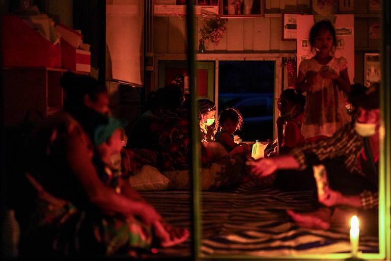 Moradores de vilarejos na fronteira entre Mianmar e Tailândia têm fugido para o país ao sul devido ao conflito entre rebeldes Karen e o governo militar