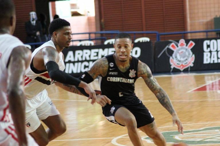 Fuller, do Corinthians, tenta passar por Shamell, do São Paulo, em duelo pelo NBB