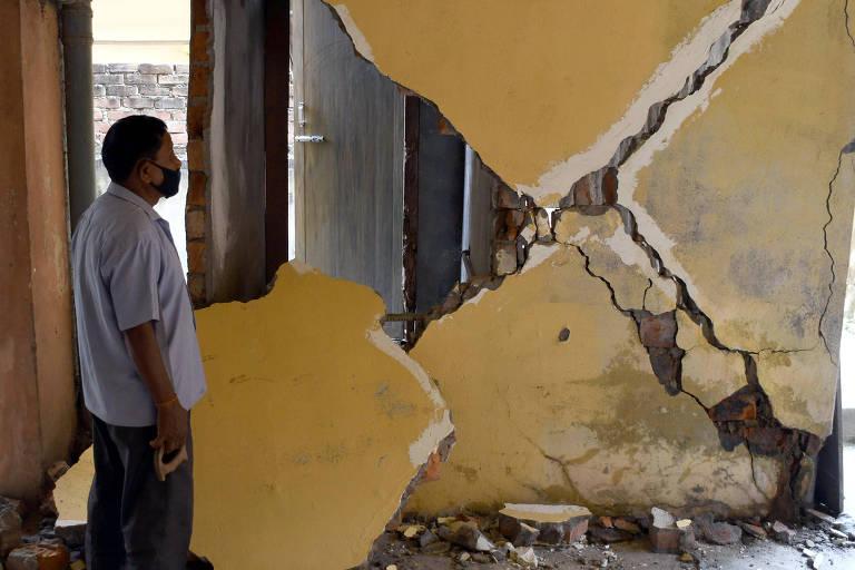 Terremoto na Índia e semana de moda de Barcelona; veja fotos de hoje
