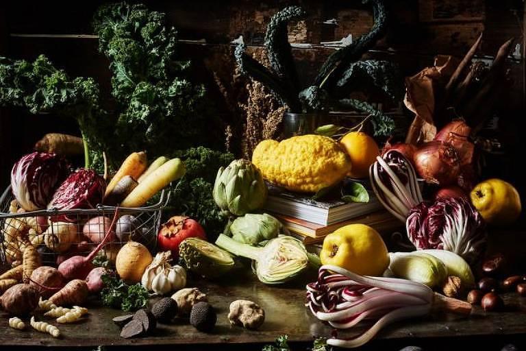 """Opulência de inverno - suntuosa natureza morta de frutas e vegetais de inverno."""