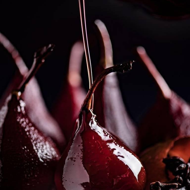 """""""Derramando a calda de vinho com especiarias sobre as peras escaldadas antes de servir."""""""