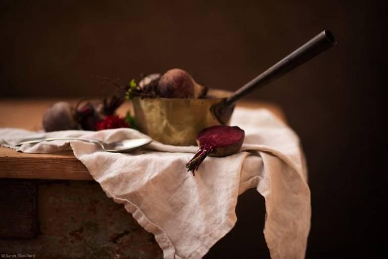 """""""Beterraba caseira em uma panela de cobre, pronta para cozinhar."""""""