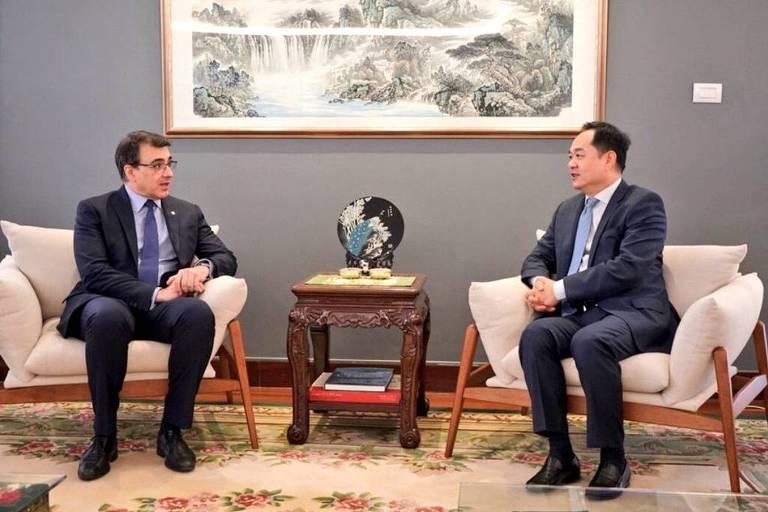 O chanceler brasileiro Carlos França e o embaixador chinês Yang Wanming, em imagem de 2019
