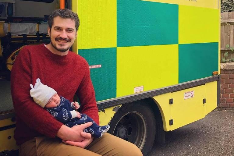 Pedro Vedova com filho que nasceu na ambulância