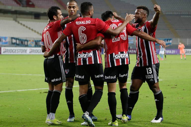 Jogadores do São Paulo comemoram gol sobre o Sporting Cristal, na estreia da Libertadores