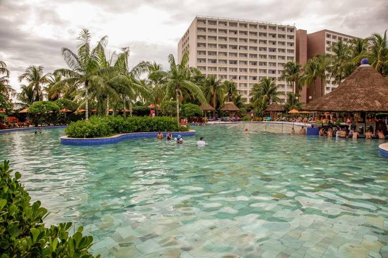 Imagem mostra piscina do resort Hot Beach, em Olímpia, no interior de São Paulo, com hotel ao fundo