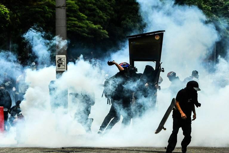 Protestos contra aumento de impostos na Colômbia têm confrontos entre policiais e manifestantes