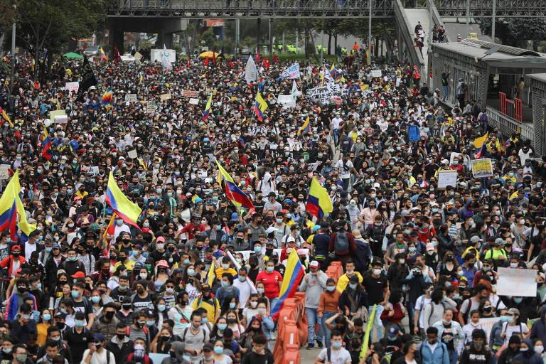 Manifestantes e policiais entram em confronto durante protestos na Colômbia