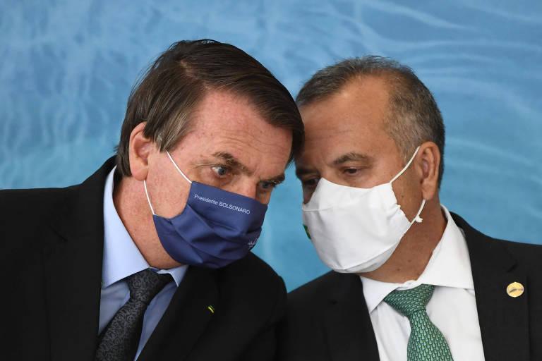 Dois homens de máscara olhando para baixo